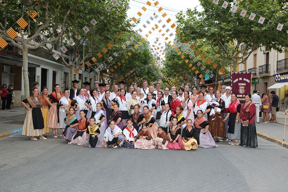 El Grupo de Danses de Xixona a l'actualitat en una imatge presa a la plaça del poble, front a l'ajuntament.