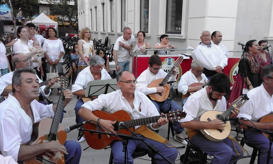 Grupo de cuerda y vocal del Grup de Dances Xixona, tocando en les Fogueres de Alicante./FOTO B. SIRVENT