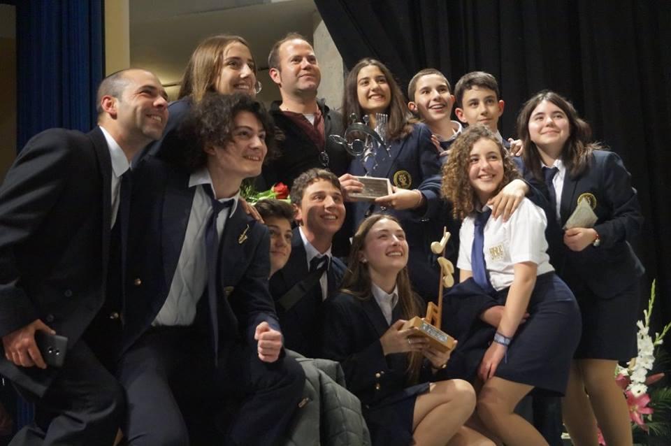 Un grup de jovens músics de Xixona celebras amb alegria el premi aconseguit a La Sènia./FOTO BANDA EL TRABAJO