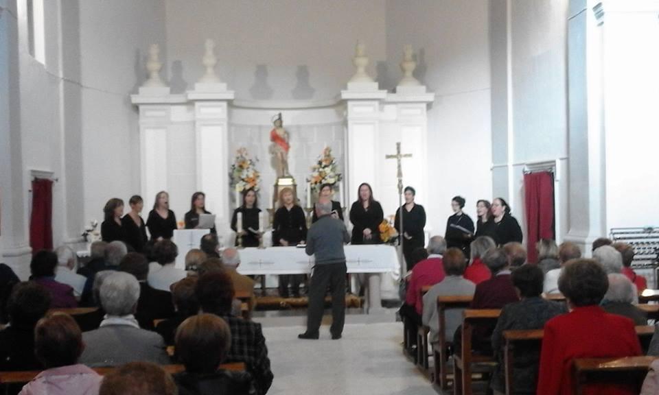 Un momento de la actuación, ayer, de la Coral Voces Blancas en la ermita de Sant Sebastià de Xixona./FOTO BERNAT SIRVENT