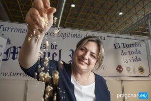 La gerente de Hijos de Manuel Picó, Turrodelia y Longevity, Ana Riera, con el primer turrón liofilizado en IFA./FOTO ANTONIO GARCIA