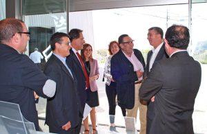 El conseller de Economía, Rafael Climent, charla con el presidente del Consejo Regulador, José Enrique Garrigós, y detrás la alcaldesa Isabel López, en una visita a Jijona./FOTO MADE IN JIJONA