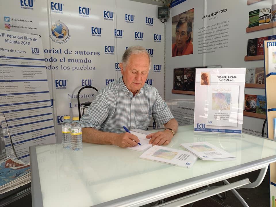Vicente Pla Candela firmando el domingo ejemplares de su libro en la Feria del Libro de Alicante.