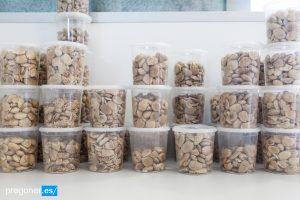 Botes con almendras de diversas variedades en el laboratorio de análisis del Consejo Regulador./FOTO MADE IN JIJONA