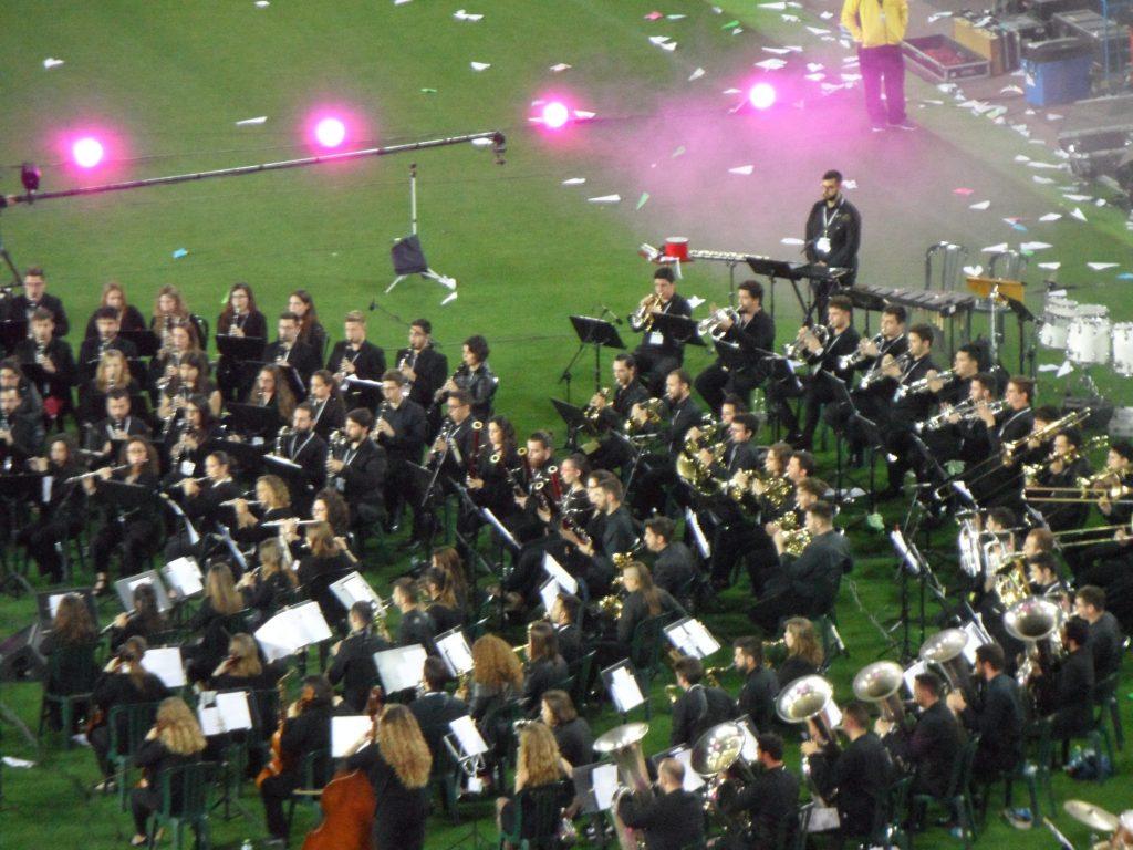 La banda de música de la Federación durante una de sus interpretaciones, anoche, sobre el césped del Mestalla./FOTO SIRVENT