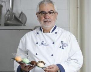 Marco Miquel, en el obrador de su negocio de helados en Dénia.