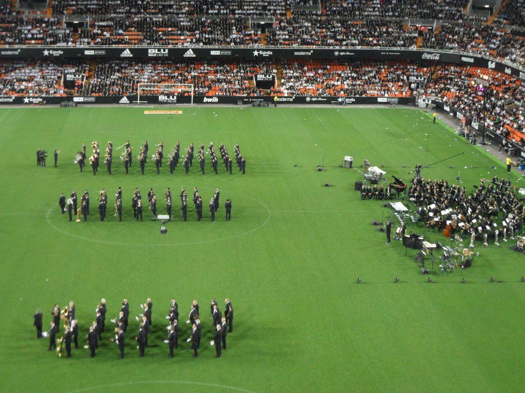 Las bandas de música municipales de Alicante, Valencia y Castellón, junto a la de la Federación, anoche en el Mestalla./FOTO SIRVENT