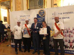 Manuel López y Ana Riera, de Hijos de Manuel Picó, recibiendo en Bruselas el 'Superior Taste Awards'.
