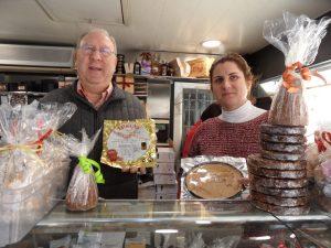 Noelia Monerris Miralles, gerente de un puesto de turrones en el Mercado Central de Alicante, junto a su padre Alberto./FOTO BERNAT SIRVENT