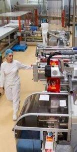 Una trabajadora controla una línea de envasado de la fábrica de chocolates de Antiu Xixona./FOTO ÁLEX DOMÍNGUEZ