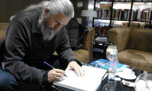 L'escriptor Josep de Sílim signa una dedicatòria al seu llibre 'Xixona íntima' abans de regalar-li'l a Bernat Sirvent 'Made in Jijona' al gener de 2019.