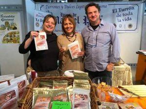 La chef y embajadora del azafrán made in Alicante, María José San Román, junto a los gerentes de Hijos de Manuel Picó (Turrodelia y Longevity) en el estand de Alicante Gastronómica 2018./FOTO HIJOS DE MANUEL PICÓ