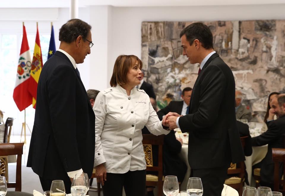 El presidente del Gobierno, Pedro Sánchez, y el de la República de #Perú, Martín Vizcarra, saludan a la chef San Román, ayer./Pool Moncloa. JM Cuadrado y Fernando Calvo