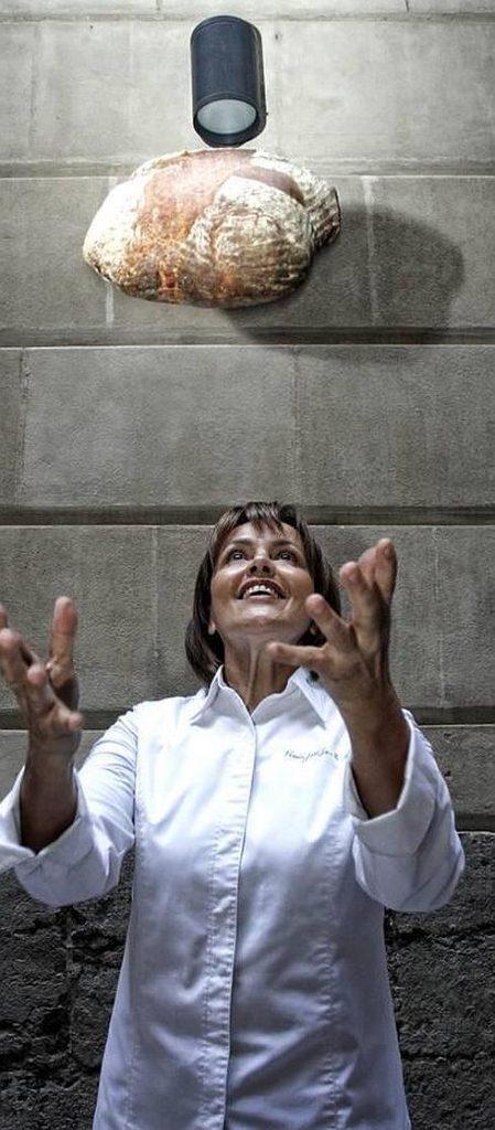 María José San Román lanzando al aire uno de los panes que elabora en su obrador de Alicante./FOTO JOAQUÍN REINA