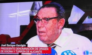 José Enrique Garrigós, presidente del Consejo Regulador, hablando para las televisiones en su fábrica./FOTO MADE IN JIJONA
