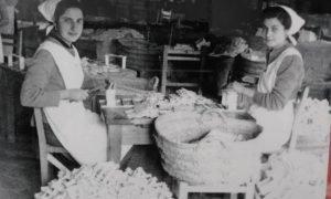 Mujeres montando con clavos cajitas para el turrón a principios del siglo pasado./REPRODUCCIÓN CASA CULTURA