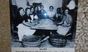 Mujeres trabajando en la selección de almendras en una fábrica de turrón en 1931./REPRODUCCIÓN CASA CULTURA