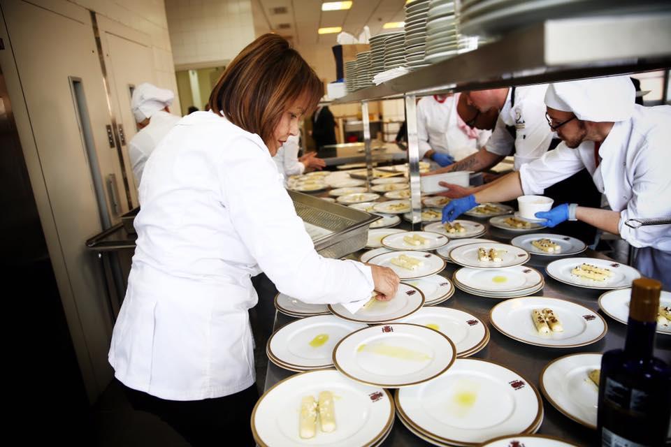 La chef San Román emplatando junto a su equipo una de las exquisiteces made in Alicante, ayer, en Moncloa./ Pool Moncloa. JM Cuadrado y Fernando Calvo