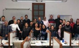 Grupo de 24 sumillers participantes en el curso profesional de la Cámara en el maridaje celebrado en la Escuela de Catas de Alicante, de la familia Sellés./FOTO ESCUELA CATAS