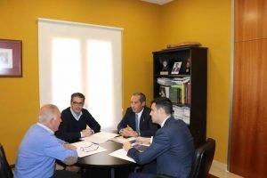 El alcalde de Mutxamel, Sebastián Cañadas, en su despacho con Peregrín, hace unos días./FOTO CALCONUT