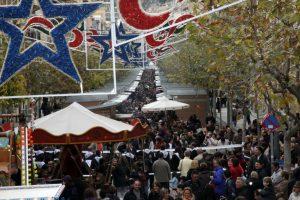 Detalle de la plaza de Jijona atestada de gente en una de las ediciones de la Fira de Nadal i Torró.