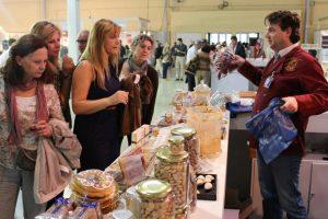 El empresario Manuel López atiende a unas clientes en la feria Lo Mejor de la Gastronomía, de IFA./FOTO CONSEJO