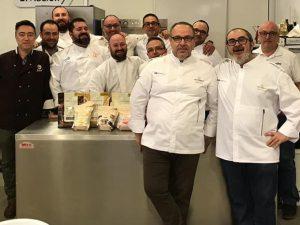Pablo Galiana Masiá amb el campió d'España de gelat artesà, Mario Masiá, de Sant Vicent del Raspeig, al aula de formació d'Anhcea amb alumnes d'un curs./FOTO ANHCEA