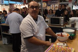El professor gelater Pablo Galiana Masiá en una demostració a una fira del sector de gelat i pastisseria.