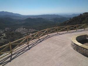 Detalle del precioso parque creado en lo alto de la Carrasqueta, con unas vistas al Mediterráneo y Alicante de ensueño./FOTO MADE IN JIJONA