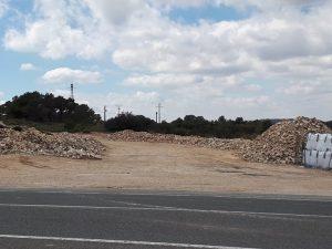 Montañas de escombros de las obras del mirador, justo en la explanda de enfrente, al lado de la carretera CV-800./FOTO MADE IN JIJONA