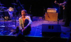Rober Perdut se calza las botas al final del concerto y que se quitó a mitad de actuación./FOTO MADE IN JIJONA