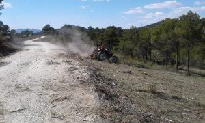 Un tractor triturador de Vaersa rompe las ramas tras la retirada de trocos en una zona de Vivens, hoy./FOTO MADE IN JIJONA