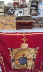 Un mocador amb l'imatge de la Faç Divina presideix el mostrador de la parada dels Picola./FOTO BERNAT SIRVENT