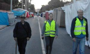Toni Marina amb dos pelegrins per la avinguda de Sant Joan on les parades encara hi eren tancades, abans de les 8 hores./BERNAT SIRVENT