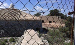 Detalle parcial del nevero, desde detrás de la valla que tiene totalmente cerrada el Ayuntamiento de Xixona desde hace más de tres años./FOTO MADE IN JIJONA