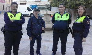 Toni Marina este matí parlant amb tres policies locals d'Alacant en la plaça del caseriu de Santa Faç./FOTO BERNAT SIRVENT