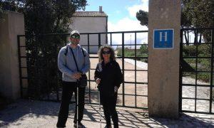 Lola y Quique, de El Campello, caminantes hoy por el sendero ecológico del Pou de la Neu y decepcionados por no poder visitar el pou del Surdo, vallado y cerrado por el Ayuntamiento, como el hotel./FOTO MADE IN JIJONA