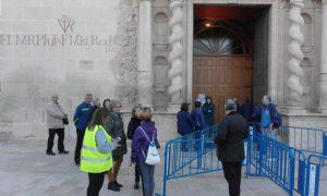 Un grupo de xixonencs arribant a la basílica de la Santa Faç per assitir a la homilia d'En Eugeni./FOTO BERNAT SIRVENT