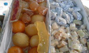 Fruita comfitada, polvorons i figuretes de massapà en la paradeta de Hijos de Manuel Picó o Picola./FOTO BERNAT SIRVENT