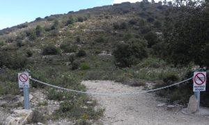 Cadena que prohíbe el paso por un camino particular en la Carrasqueta, cerca del Pou de la Neu./FOTO MADE IN JIJONA