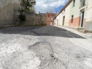 Bache de importantes dipensiones al principio de la Calle Mayor de la pedanía de la Sarga, justo enfrente del albuergue, junto a otros tapados con cemento por los propios vecinos./FOTO MADE IN JIJONA