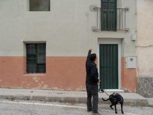 Un vecino de la pedanía de La Sarga señala la fachada del albergue del Ayuntamiento de Xixona, cerrado a cal y canto desde hace muchos años./FOTO MADE IN JIJONA