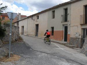 Un ciclista con bici de montaña, ayer domingo por la mañana, pasa por delante del albergue del Ayuntamiento en La Sarga./FOTO MADE IN JIJONA