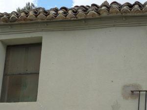 Estado de deterioro del tejado del albuergue, con piedras haciendo de contrapeso para que no se vuelen las tejas./FOTO MADE IN JIJONA