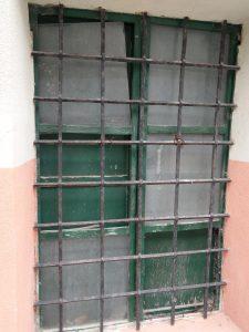 Ventanal de la planta baja del albergue de La Sarga con cristales sueltos o sin cristales, signo de evidente abandono./FOTO MADE IN JIJONA