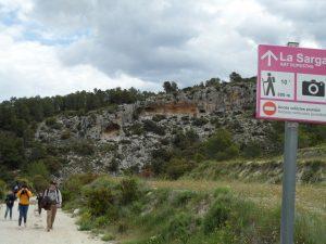 Visitantes de toda la provincia, ayer domingo, en los accesos a las pinturas rupestres, a un kilómetro escaso de La Sarga./FOTO MADE IN JIJONA
