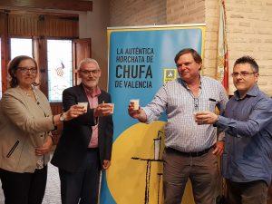 El presidente de la DO Chufa de València junto a los investigadores./FOTO DO