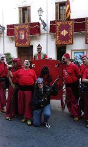 El famós canó dels moros Vermells, a la porta de l'Ajuntament de Xixona, amb el professor i escriptor Jaume Miquel a la dreta de l'imatge./FOTO BERNAT SIRVENT