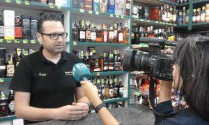 José Luis Carbonell responde a las preguntas de la periodista de La Ocho Mediterráneo en el mostrador de la tienda./FOTO MADE IN JIJONA