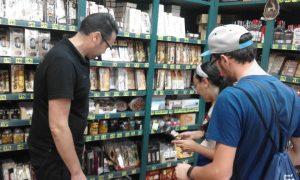José Luis Carbonell atiende a una pareja de turistas extranjeros en su tienda./FOTO MADE IN JIJONA